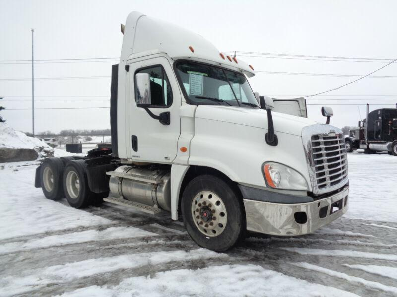 2011 FREIGHTLINER CASCADIA DAYCAB, LOW KM !!!! 4 WAY LOCKERS.