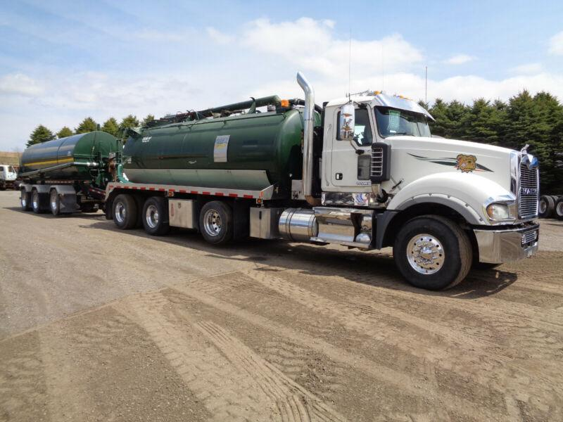 2010 MACK TITAN & HUSKEY TRAILER VACUUM UNIT