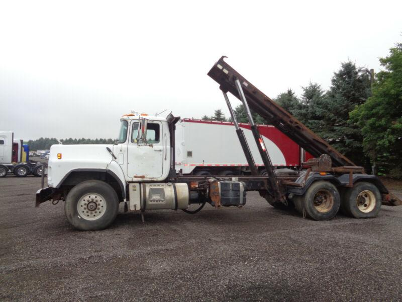 2002 MACK RB688 TANDEM ROLL OFF TRUCK, 23'FT RAILS