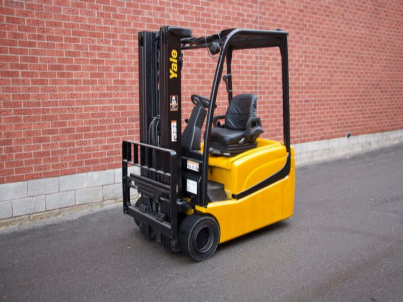 Yale ERP040VT 3 Wheeler Electric Forklift with 4000 lbs Capacity