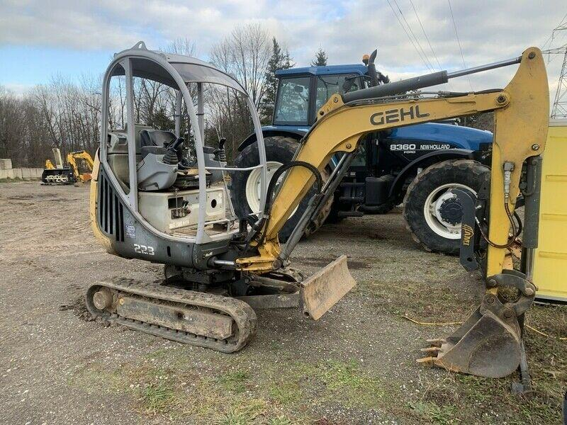 Gehl 223 mini excavator with hydraulic thumb